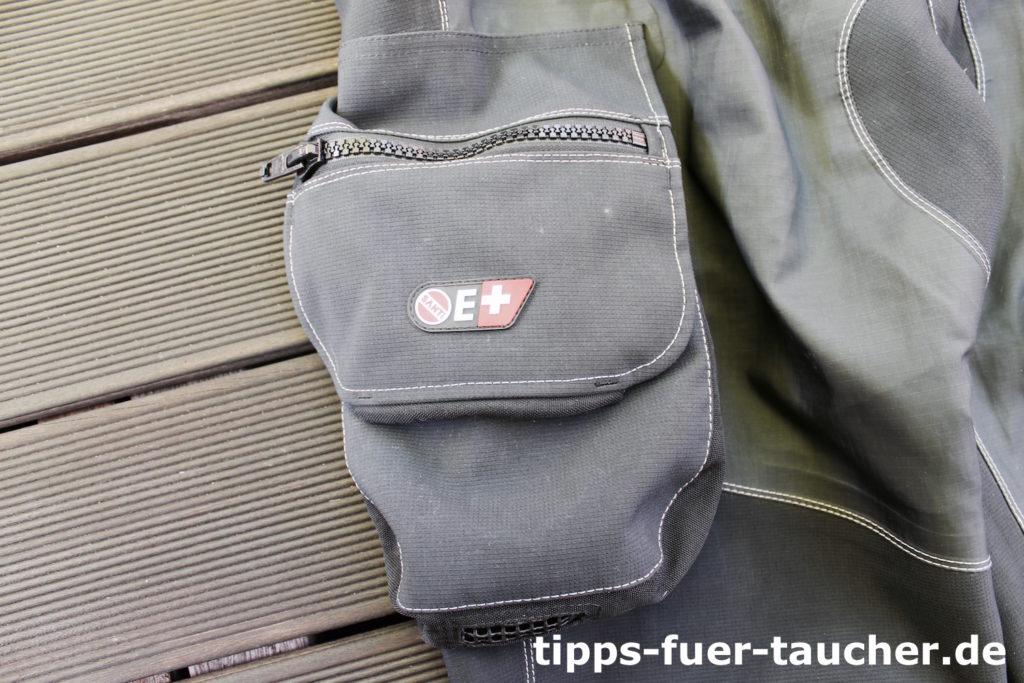 Die Taschen sind groß und unterteilt, sodass auch die Wetnotes Platz finden