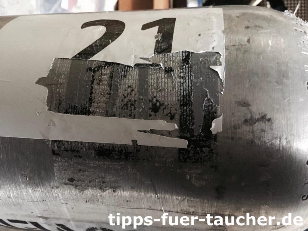 Entfernen eines alten Stagelabels und Kleberesten von einer Stageflasche