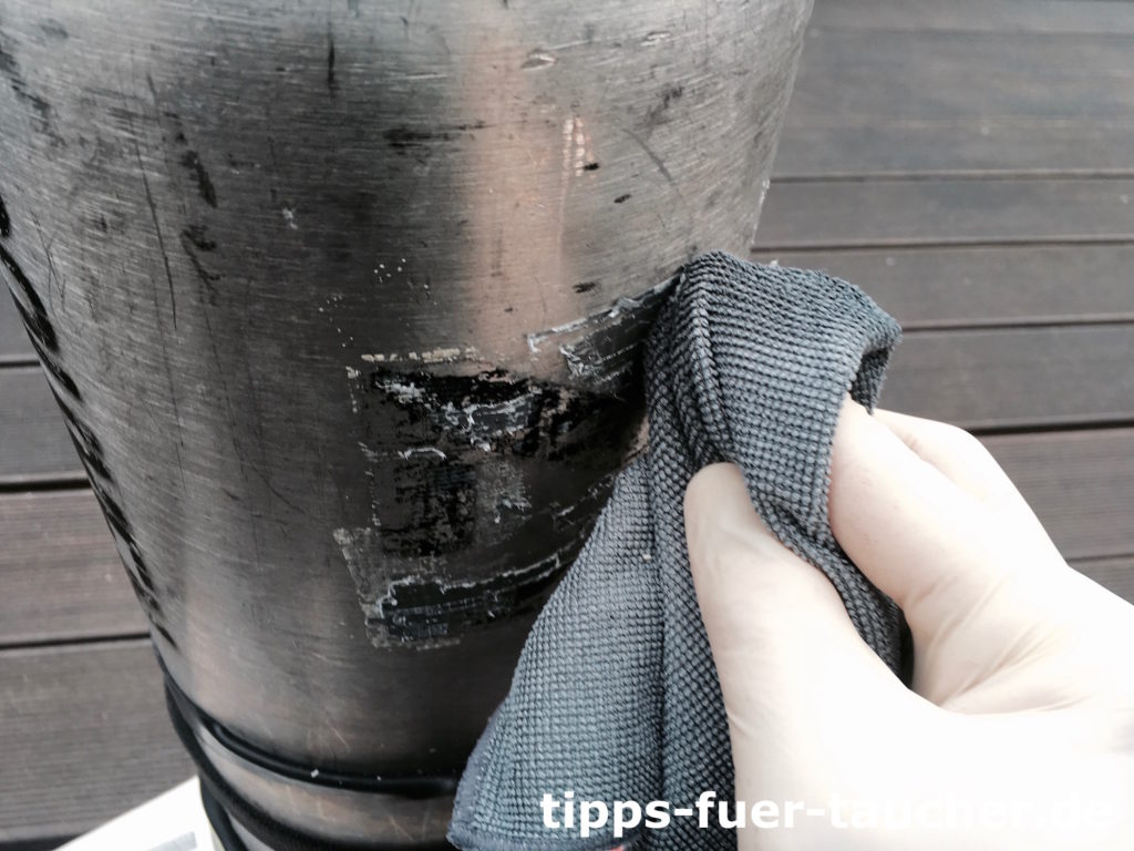 Kleberreste werden von einer Stageflasche entfernt