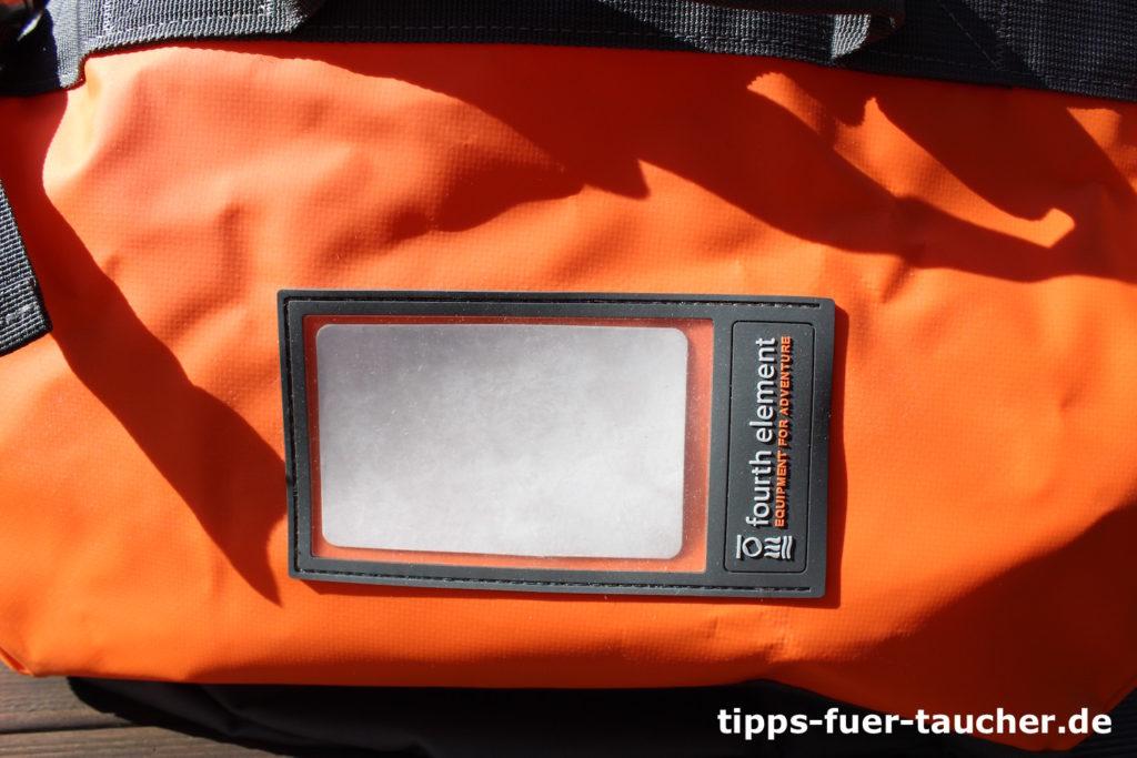 Kleines Fenster am Duffle Bag zum Markieren der Tasche