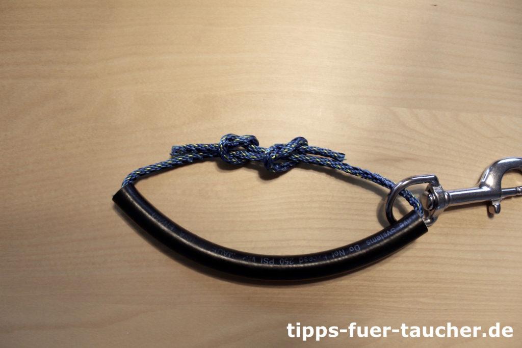 Beide Enden werden mit einem Fischerknoten verbunden