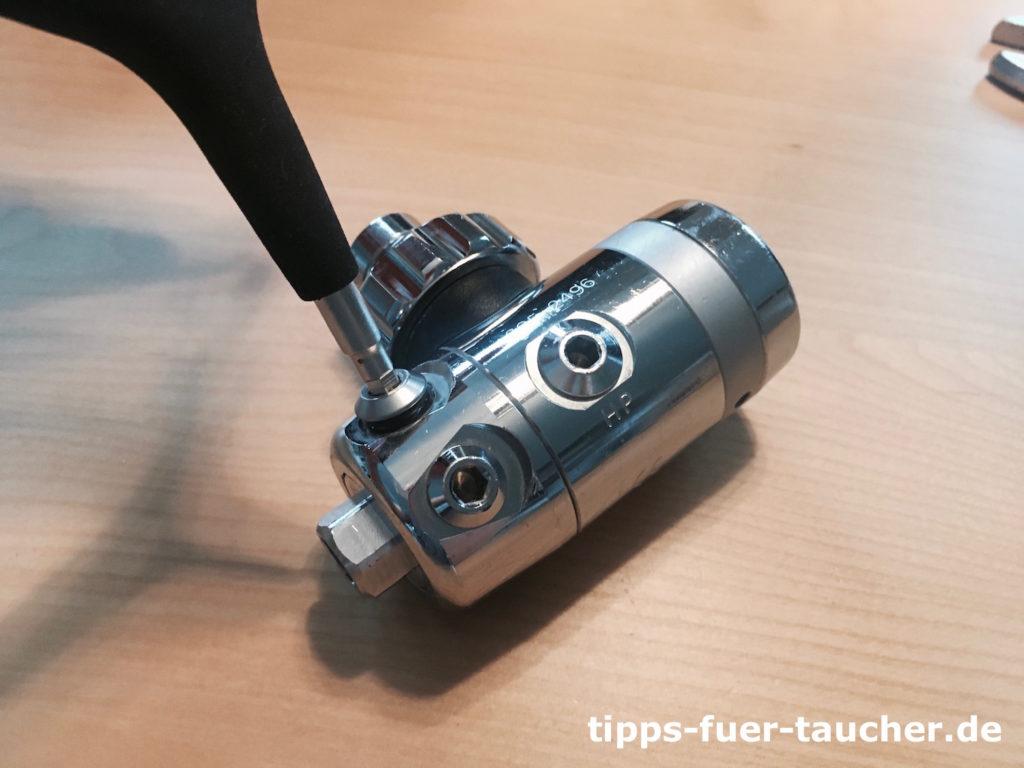 Lösen einer Abdeckschraube mit einem Inbusschlüssel