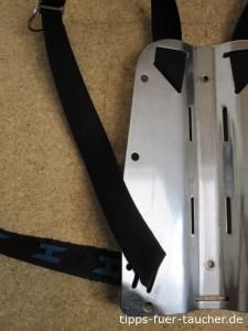 Gurtband im unteren Bereich der Rückenplatte einfädeln