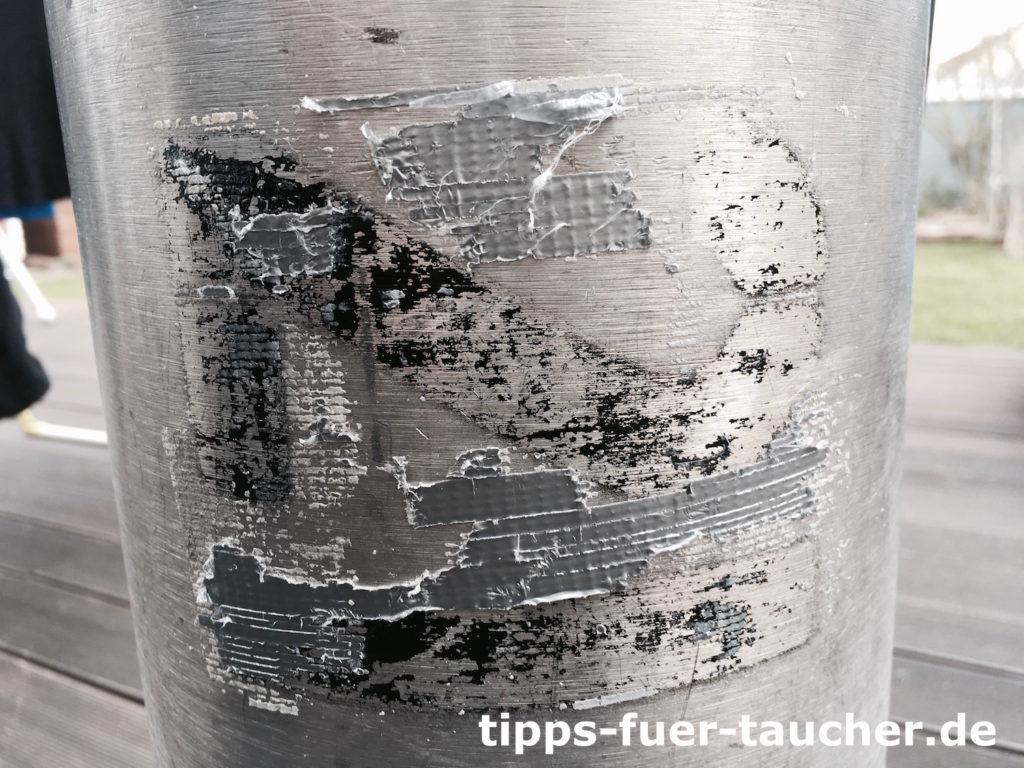 Stageflasche mit Resten eines alten Labels