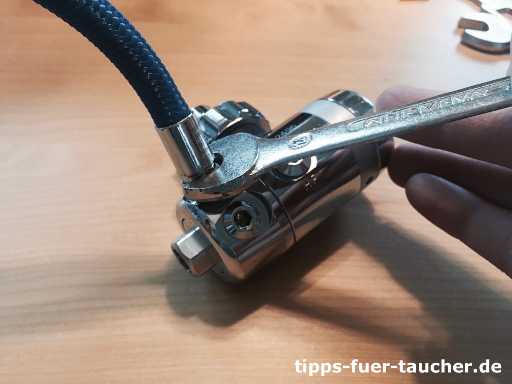 Schlauch wird mit einem Gabelschlüssel angezogen