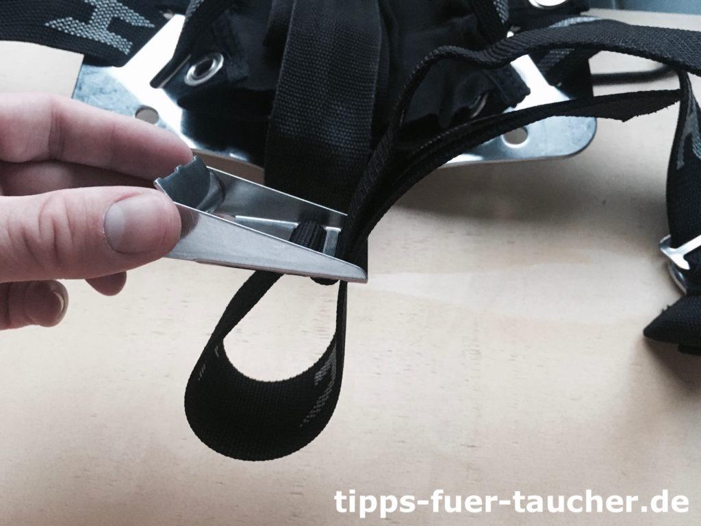 Gurtband wird von unten durch Schlitz eins geführt