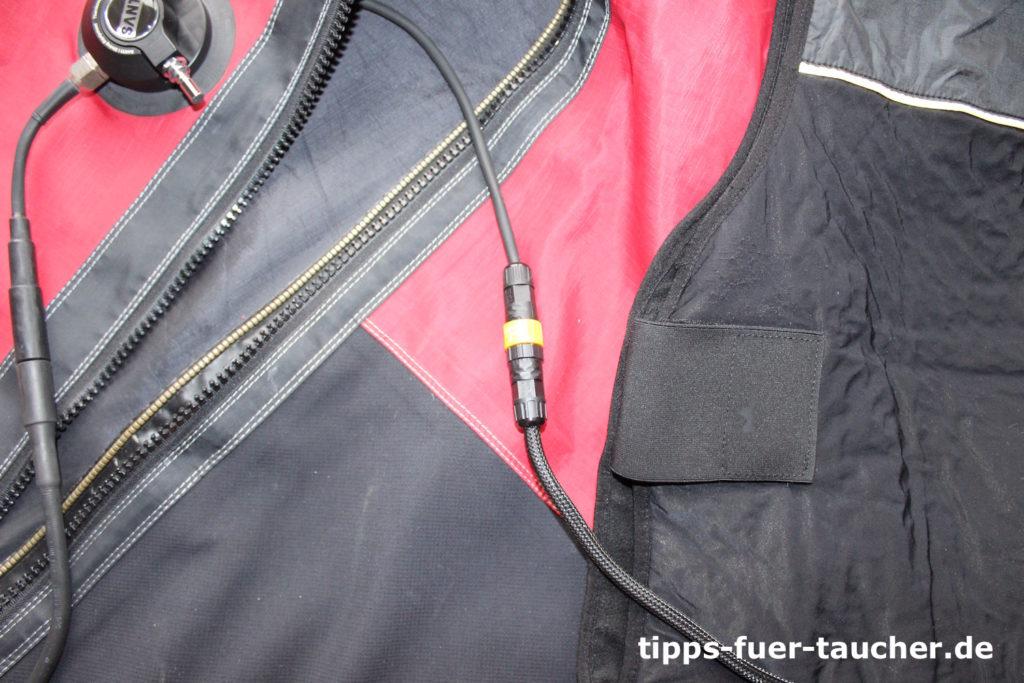 Im Inneren des Anzugs werden Weste und Thermovalve mit einer Steckverbindung gekoppelt
