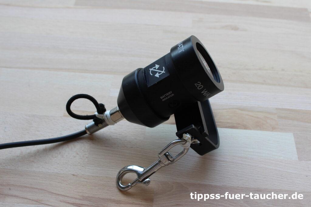 Boltsnap-Karabiner und Schlaufe an Lampenkopf